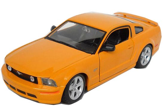 Yellow 1:24 Scale MaiSto Diecast 2006 Ford Mustang GT Model
