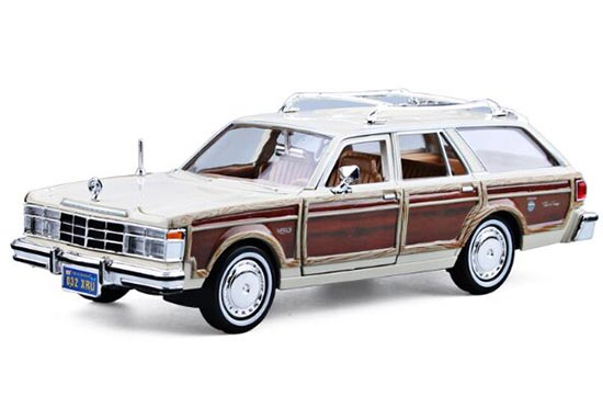 White / Red 1:24 MotorMax 1979 Diecast Chrysler LeBaron Model