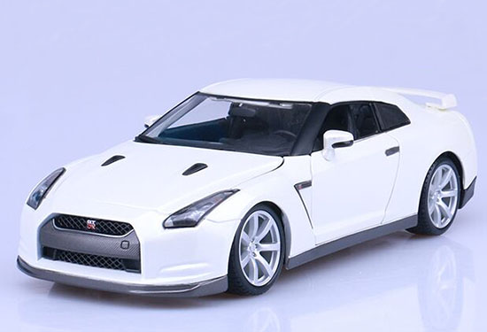 Red / White 1:18 Scale Bburago Diecast Nissan GT-R Model