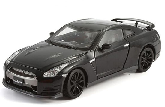 Red / White / Black 1:24 Scale Die-Cast Nissan GT-R Model
