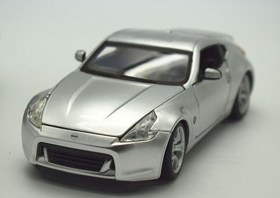 Silver / Red 1:24 Scale Maisto Diecast Nissan 370Z Model